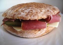 sendvič s pršutom